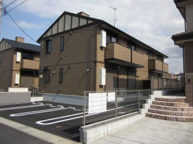 2012年3月築の3棟並びのアパートです。