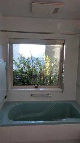 有限会社グローバル住宅 内観写真 浴室にも大きな窓があります