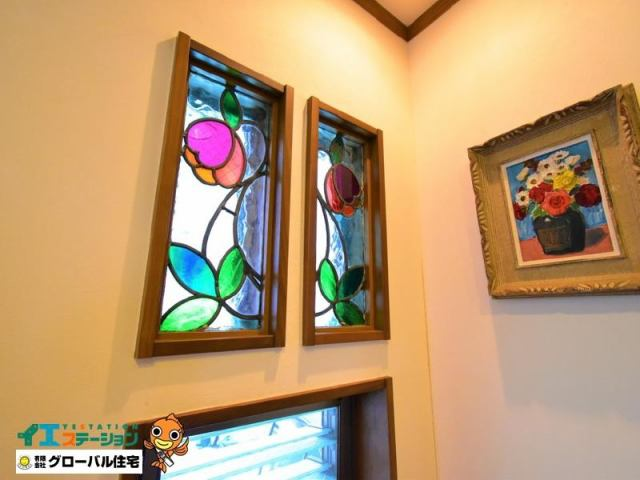 有限会社グローバル住宅 内観写真 本場スペインののステンドグラスが家の中を飾ります