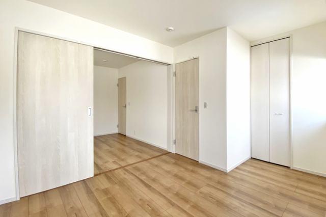 (同仕様・洋室)可動間仕切り付き!2部屋を広々1部屋にもできる便利な洋室です♪