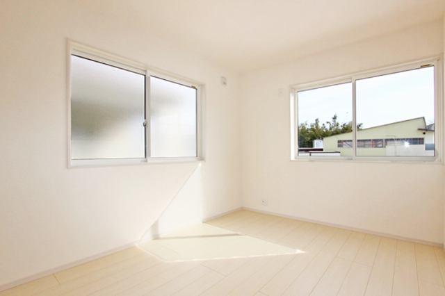 (同仕様・洋室) 子供部屋に最適な南に面した明るい洋室♪勉強もはかどるかも…