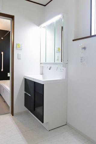 (同仕様・洗面化粧台)収納豊富なシャワー付洗面台♪