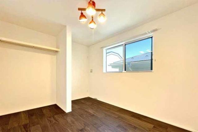 (洋室)どんな家具も似合いそうなお部屋ですね♪