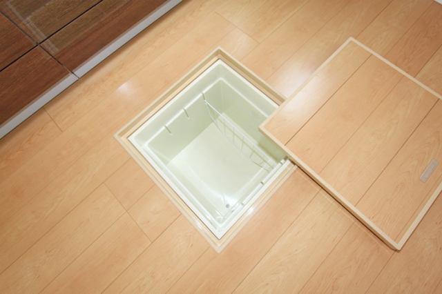 1階点検口を兼ねた床下収納庫♪簡単に取り外しも可能で洗浄も出来ます。2リットルペットボトルや一升瓶も