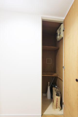(廊下収納)掃除用品もスッキリ収納できますネ♪