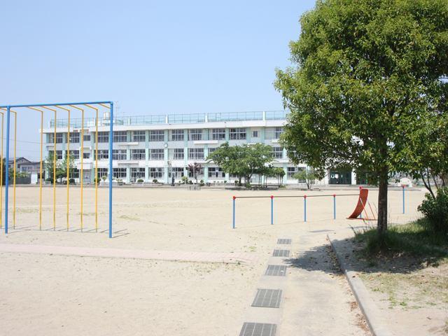 岡田小学校まで徒歩2分