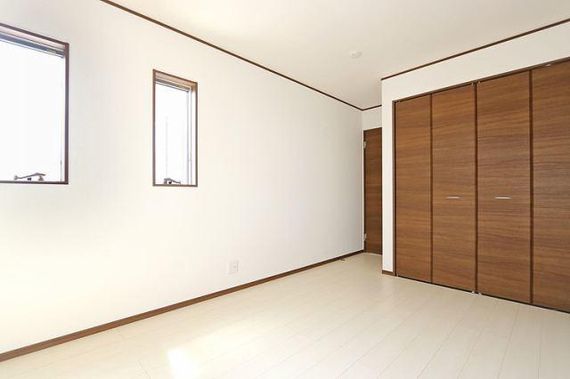 (同仕様・洋室) もちろん全居室収納つきで全居室2面採光で明るい洋室です♪