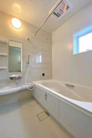 (浴室) 浴室換気乾燥機付き♪ これからのお天気が悪い梅雨の時期も洗濯物はスピード乾燥!