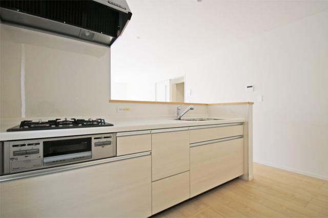 (キッチン)使い勝手も良い広々したシステムキッチンで料理の腕も鳴りますね♪