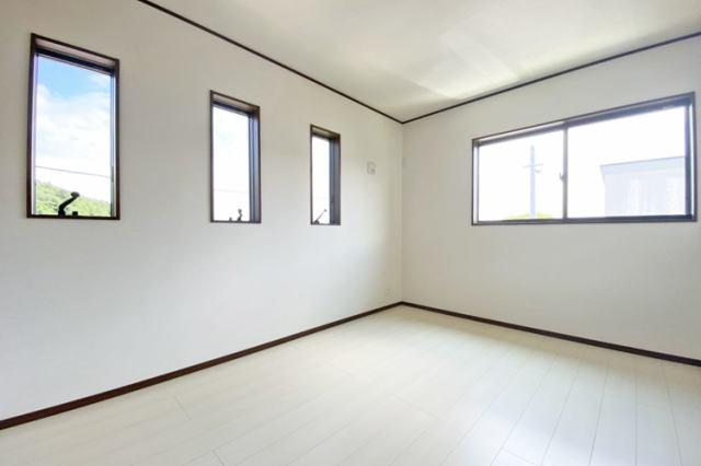 (同仕様・洋室)主寝室向きのお部屋は8帖仕様です♪大きなベッドを置いても大丈夫です♪