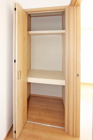 (同仕様・廊下収納)2階には廊下収納つき♪お掃除用具やお部屋に入らない荷物もスッキリ収納できます♪