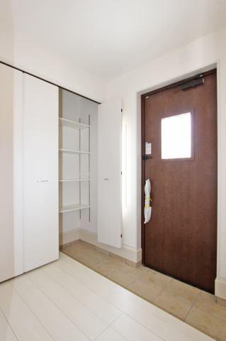 (同仕様・玄関)玄関口が広々♪明るく開放的な吹き抜け付♪家族みんなの靴もスッキリ収納♪