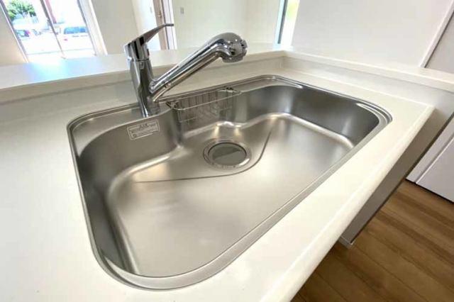 (シンク)傷や錆もつきにくいステンレス製のシンクに浄水器付混合水栓付き♪