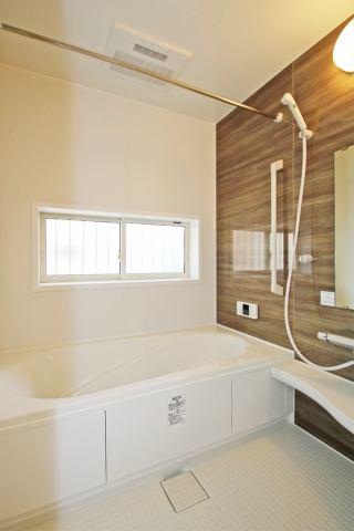 (同仕様・浴室) ベンチ付きの浴槽で半身浴や長湯も楽しめますよ(^^)