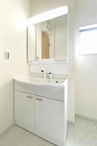 (洗面化粧台)洗面所がスッキリ!嬉しい3面鏡の化粧台♪