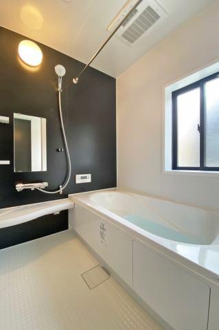 (浴室)東北地方は浴室乾燥機が役立ちます♪広々1坪のシステムバス!