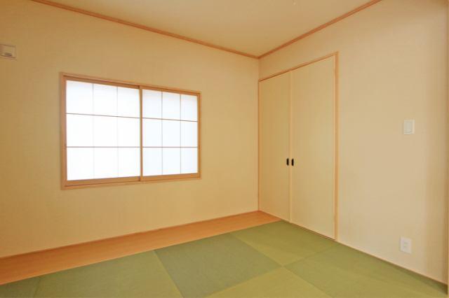 (和室)二面彩光の明るい和室♪ 落ち着く空間です♪