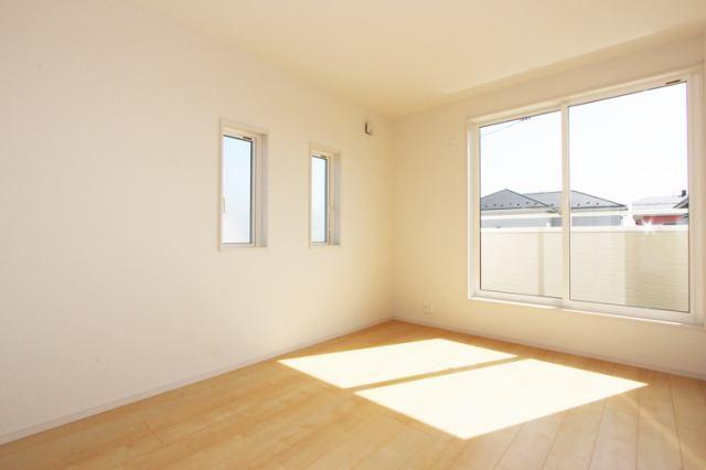 (同仕様・洋室) 明るい洋室♪ 書斎や趣味・大きな納戸としても使えます!