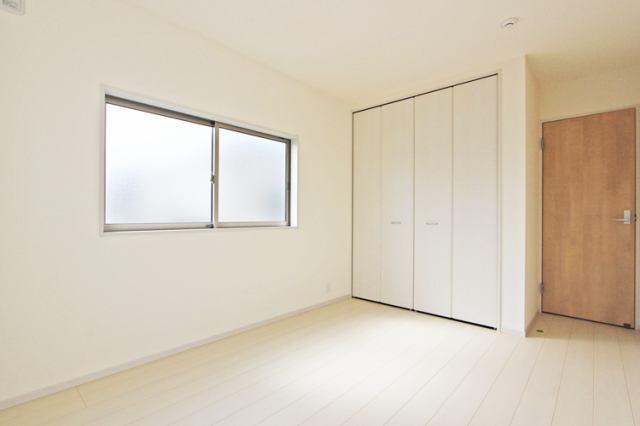 (洋室) 明るい洋室♪ 書斎や趣味・大きな納戸としても使えます!
