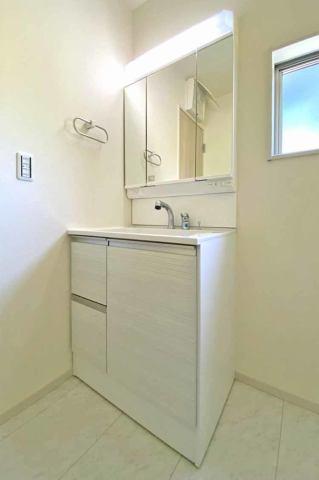 (洗面化粧台)嬉しい3面鏡の化粧台♪お客様が来たら鏡の後ろにサッとしまえます♪