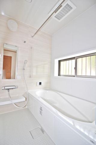 (同仕様・浴室) お子様と入ってもゆとりのある1坪の広々浴室♪