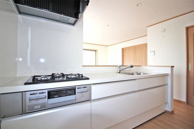 (同仕様・キッチン) 使い勝手も良い広々したシステムキッチンで料理の腕も鳴りますね♪