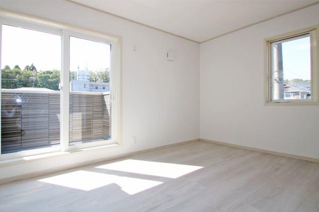 (同仕様・洋室)2部屋にまたがる南面バルコニーはお布団干しも楽々です♪もちろん、全室広めの収納つき