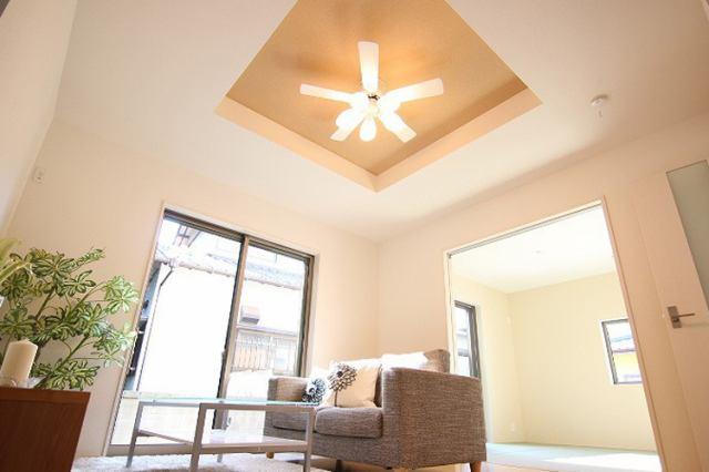 折り上げ天井は部屋に奥行きを出すことが可能なため、開放感があり、スタイリッシュな空間を作れます