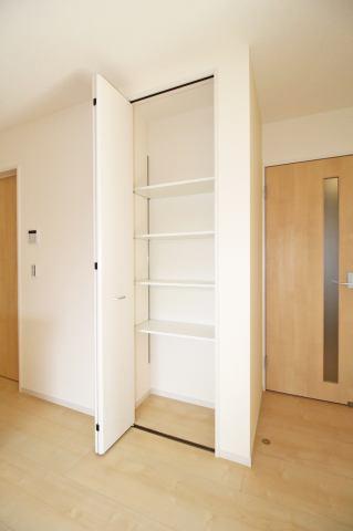 (LDK収納)可動棚付きで掃除用品をしまったり、食品などの買い溜め、日用品のストックもしまっておけ