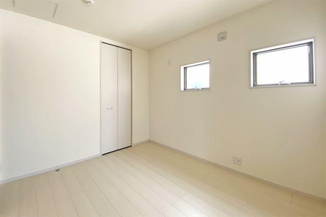 (洋室)洋室には衣類や小物をスッキリ収納できる広々クローゼット付き♪