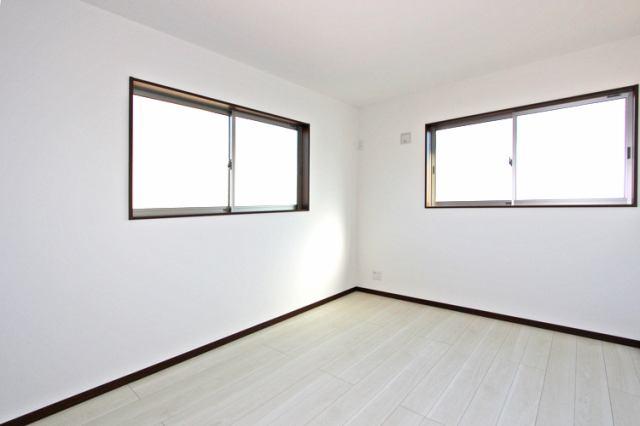 (同仕様・洋室) 2面採光で明るいお部屋♪お子さんのお部屋向きかもしれませんね♪