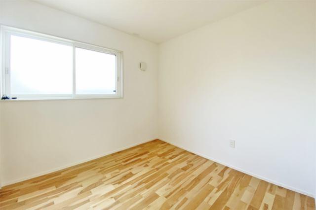 (洋室)二面彩光の明るい洋室♪ 書斎や趣味・大きな納戸としても使えます。