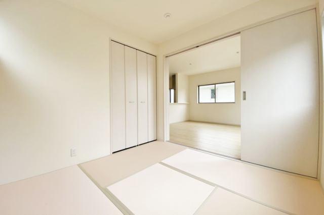 (和室)1号棟はキッチンの後ろに和室がございます!ちょっとした休憩や小さなお子様がいる家庭にも使い