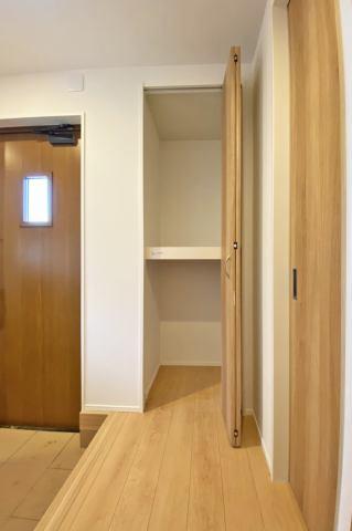 (玄関収納)オフシーズンの荷物の収納などに適した玄関収納