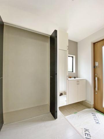 (玄関)外出時に必要な物や、コートをかけたりと使い勝手が良い玄関収納つき♪