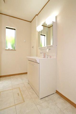 (同仕様・洗面化粧台)お客さんが来ても3面鏡の後ろにスッキリ収納♪使い勝手が良い洗面化粧台♪