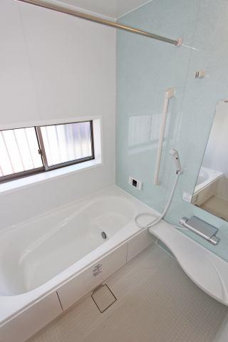 (同仕様・浴室) 足を伸ばしてゆっくり浸かれる!広々お風呂で快適バスタイム!