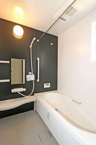 (同仕様・浴室)もちろん!浴室乾燥機付き♪東北の長い梅雨の季節には大活躍です♪