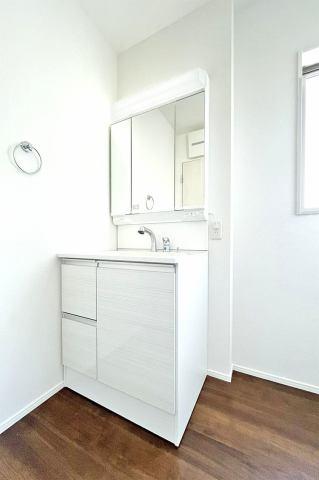 (洗面化粧台)収納豊富な化粧台!3面鏡で横顔チェック!