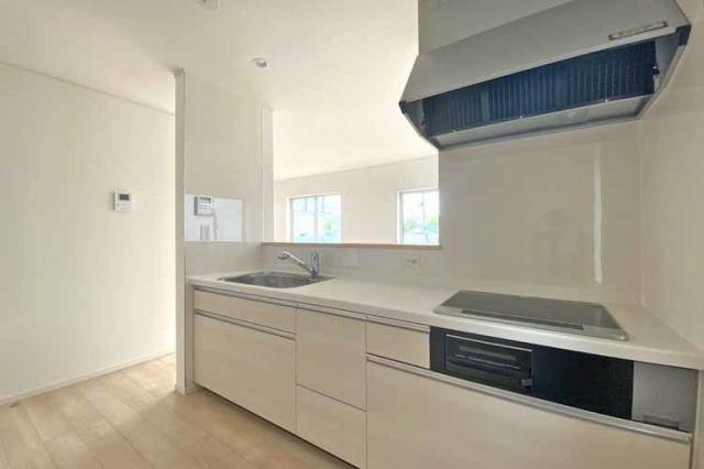 (キッチン)清潔感あるホワイトカラーのシステムキッチン♪お料理もお掃除も楽しくなりますね♪