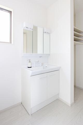 (同仕様・洗面化粧台)収納豊富な化粧台!広々洗面所には収納棚付です♪