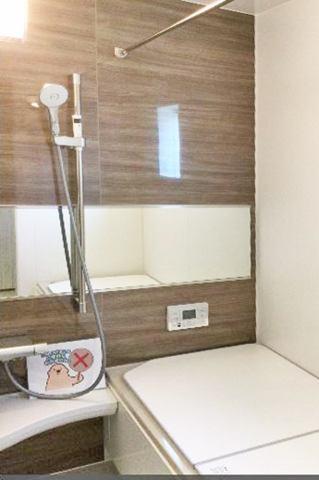 (浴室) 足を伸ばしてゆっくり浸かれる!広々お風呂で快適バスタイム!