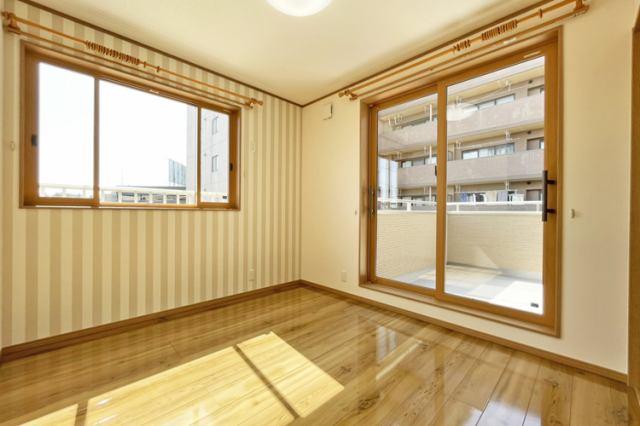 (洋室) 二面彩光の明るい洋室♪ お父さん待望の書斎?それともお母さんの趣味の部屋?使い方色々!