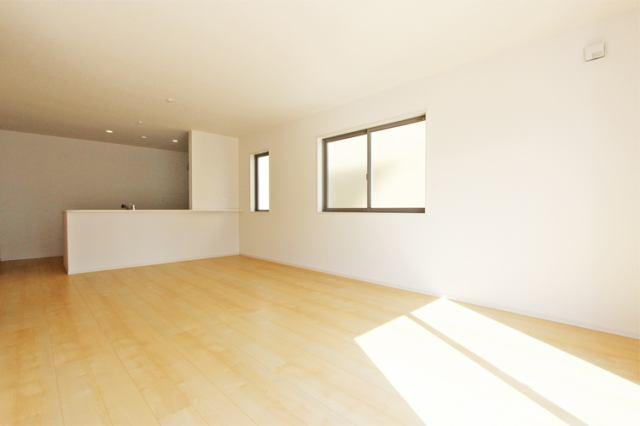 (同仕様・LDK)大きな窓で明るいリビング!カーテン選びが楽しみですネ!