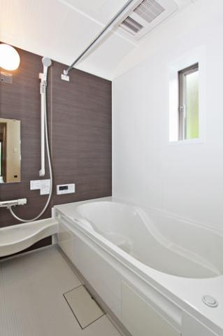 (同仕様・浴室)足を伸ばしてゆっくり浸かれる!広々お風呂で快適バスタイム!