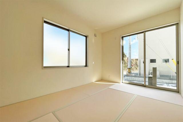 (和室)あると落ち着く6帖の洋風和室!お昼寝や家族団らんの場としてもぜひ使えると思います♪