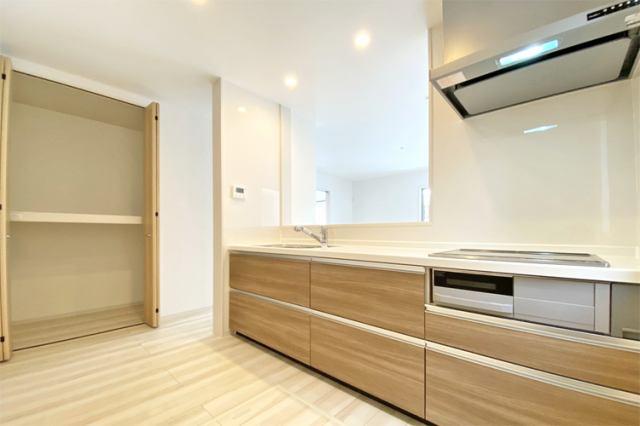 (キッチン+収納)キッチン横には大きな収納つきでパントリーとしても大活躍間違いナシです♪買い物に