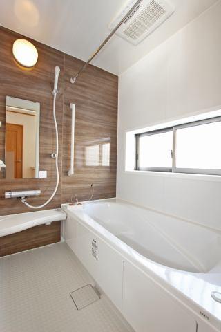 (同仕様・浴室) ベンチ付きの浴槽で半身浴や長湯も楽しめますよ!