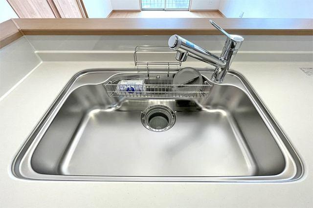 (同仕様・浄水器付混合水栓)傷や錆もつきにくいステンレス製のシンクに浄水器付混合水栓付き♪