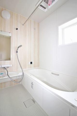 (同仕様・浴室) 浴室換気乾燥機付き♪ お天気が悪い日でも洗濯物はスピード乾燥